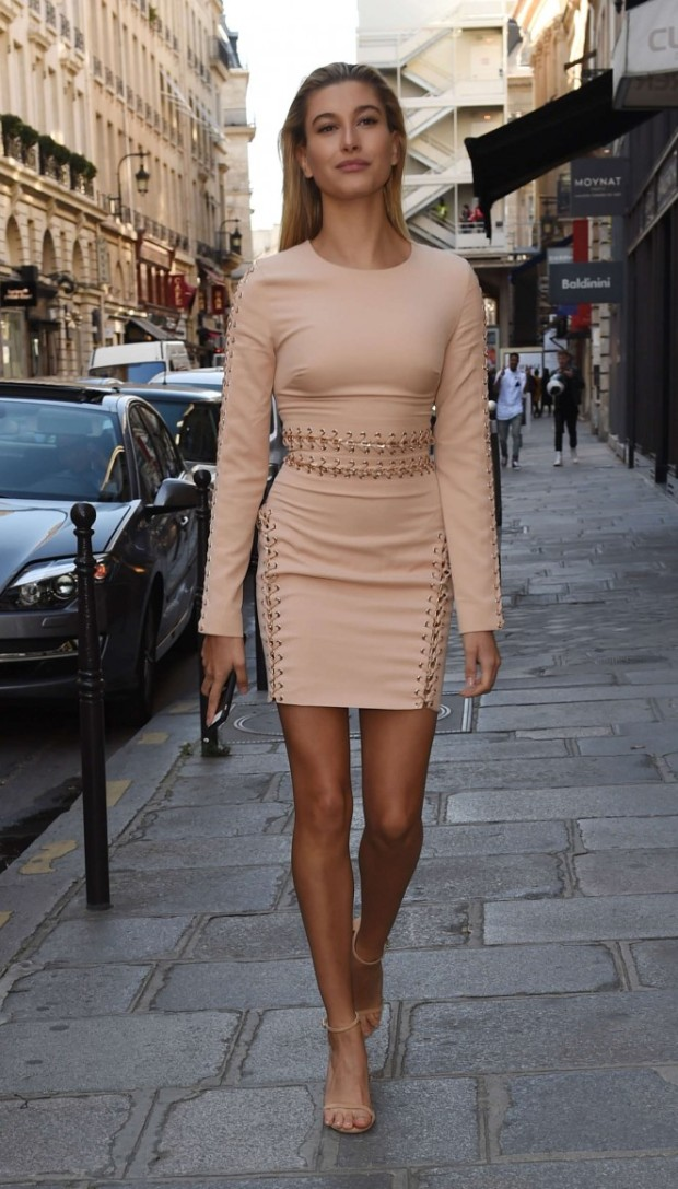hailey-baldwin-in-mini-dress-paris-house-of-cb