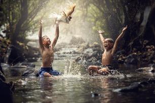 friends boys splashing